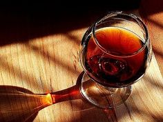 Vinho do Porto: The most famous alcoholic beverage of Portugal. A fortified wine that is made from the grapes of the Douro region. Its taste is Oh I LOVE this wine!sweet, usually drank as an digestif or dessert wine and can be red, white or tawny. Vodka, Wine Quotes, In Vino Veritas, Christmas Drinks, Christmas Cakes, Wine Making, Wine Recipes, Dessert Recipes, Desserts