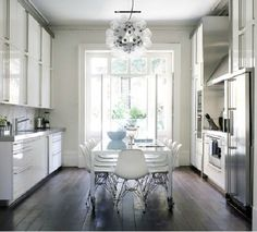 Classic white kitchen, dark floors, Eiffel chairs, modern chandelier, long dining table in kitchen Küchen Design, Home Design, Design Ideas, Clean Design, Style At Home, Sol Sombre, Sweet Home, Casa Clean, Kitchen Designs Photos
