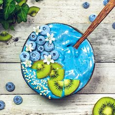 Ocean nice cream bowl with frozen blueberries + kiwis and quinoa pops Frozen Blueberries, Frozen Banana, Blue Spirulina, Cream Bowls, Nice Cream, Food Styling, Quinoa, Serving Bowls, Blueberry