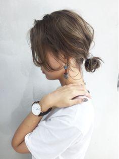ワンサイドユルシニョンアレンジ_ba48943 - 24時間いつでもWEB予約OK!ヘアスタイル10万点以上掲載!お気に入りの髪型、人気のヘアスタイルを探すならKirei Style[キレイスタイル]で。 Short Shag Hairstyles, Messy Hairstyles, Pretty Hairstyles, Short Ponytail, Medium Hair Styles, Long Hair Styles, Shot Hair Styles, Short Grey Hair, Hair Essentials