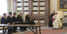 Ärebiskop Antje Jackelén talar till påve Franciskus. Foto: Vatican press office