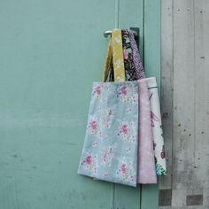 Sinds de plastic tas in de ban is, neemt bijna iedereen een eigen tas mee. Je kunt er zelf een te maken van restjes stof. Kijk hier hoe je dat maakt: http://www.hetgoed.nl/inspiratie/stoffen-tasjes-maken/