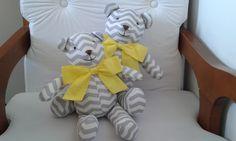 KIT COM DOIS (02) URSINHOS, feito em tecido 100% algodão, com enchimento antialérgico. <br>Perfeito para enfeitar o quartinho do seu bebê, ou até mesmo a mesa do seu chá de bebê, além de ser ideal para entregar como recordação no chá de bebê ou outros eventos. <br> <br>O Valor corresponde a dupla. <br> <br>Tecidos disponíveis para confecção: cinza, azul e rosa. <br> <br>Altura dos ursinhos em pé: 32 cm e 40 cm. <br>Altura dos ursinhos sentados: 22 cm e 28 cm.