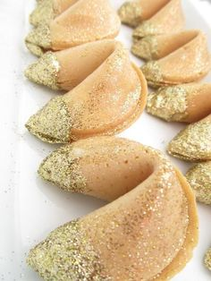 Dipped fortune cookies make any party festive! Pictured here: Edible Gold Glitter Dipped Fortune Cookies / great for new year's eve Edible Gold Glitter, Glitter Toms, Glitter Converse, Glitter Face, Golden Glitter, Glitter Heels, Glitter Vinyl, Silver Glitter, Cupcakes