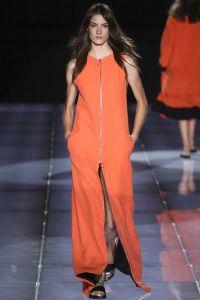 فستان برتقالي بسيط ومزين بالسوسته المعدنية من الأمام من مجموعة فاوستو بوليزي Fausto Puglisi.