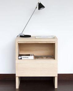 El Velador V20 está fabricado en madera de pino sólida. #1a10design #muebles…