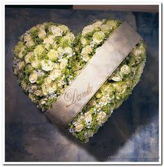 Grafdecoratie, Zelf Rouwstuk Grafversiering Maken: Hart van steekschuim met wit en groene bloemen