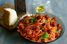 Spaghete cu chiftele reteta Dinner, Ethnic Recipes, Food, Ice Cream, Red Peppers, Dining, No Churn Ice Cream, Dinners, Meals