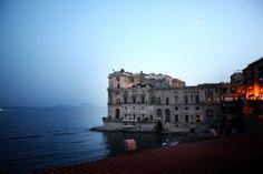 Villa Caracciolo, la location esclusiva per Sire Ricevimenti, in uno scatto tra cielo e mare.