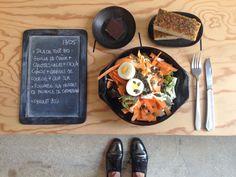 Bento du jour 17/05/2016 : Salade tout bio : feuille de chêne + carottes crues + choux chinois + graines de courge + oeuf dur - Fougasse au herbes de Provence de chez CHAMBELLAND - Chocolat 70%