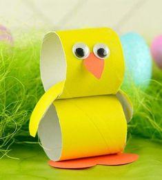 activité manuelle paques pour enfants, poussin fait de rouleaux de papier toilette, bec et pieds orange, des yeux mobiles, deco paques diy simple