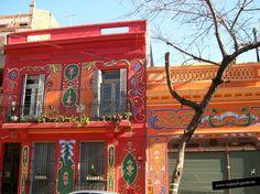Buscábamos la casa-museo de Carlos Gardel y cerca encontramos estas casas fileteadas. El fileteado son unos dibujos muy artísticos con colores llamativos y geometrías, que utilizan los argentinos para pintar cualquier cosa, una cajita, un letrero, una casa... nació en el s. XIX, y es realmente decorativo y muy representativo de Bs.As.