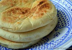 Ce pain turc est un un vrai délice et facile à préparer.Il est moelleux à souhait et léger en bouche.Je voulais retrouver le même pain qu'on retrouve dans les kebabs et résultat: il est meilleur! La recette vient d'un blog turc (merci Google traduction!).Je... Roti Canai Recipe, Kitchen Recipes, Cooking Recipes, Salty Foods, Ramadan Recipes, Naan, Cooking Time, Hot Dog Buns, Street Food