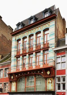 Belgique - Namur (en wallon Nameur, en néerlandais Namen) est une ville francophone de Belgique, capitale de la Wallonie2 depuis 19863, et chef-lieu de la province de Namur. La ville occupe une position centrale à 63 km au sud-est de Bruxelles, à 28 km à l'est de Charleroi et à 56 km à l'ouest de Liège.