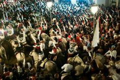 El día 16 de Enero se celebra en Navalvillar de Pela la Encamisá, Fiesta de Interés Turístico Regional donde los jinetes llevan el protagonismo.