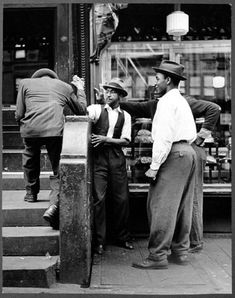 Arm wrestling in Harlem, New York City, 1940 [Photo by Andreas Feininger] : TheWayWeWere Vintage New York, Vintage Black, Jazz, Harlem New York, New York Architecture, Architecture Images, Harlem Renaissance, Portraits, Thats The Way