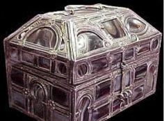 Arqueta del siglo X,encontrado en la Real Colegiata de San Isidro de Leon.Esta hecho en plata y agatas.Lo relacionan con un reino Taifa andaluz,pero otros invesigadores dicen que puede ser cristiano.  Museo Arqueologico de Madrid