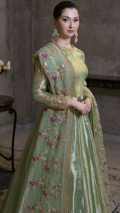 Mehndi/ baraat dress inspo for bride/ grooms side – Wedding Beauty Pakistani Fashion Party Wear, Pakistani Wedding Outfits, Pakistani Bridal Dresses, Pakistani Dress Design, Pakistani Mehndi Dress, Bridal Anarkali Suits, Bridal Outfits, Bridal Lehenga, Shadi Dresses