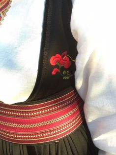 Vakker Beltestakk fra Telemark selges nå. Må ses! Dette er en lekker Beltestakk (kalles også Bøstakk) med brodert liv, brodert forklede og vakkert brokadehjul. Broderiene er av tradisjonelt mønster fra Telemark. Skjorta er av lin, med vakre korsstingsbroderier. Bunaden må ses! Beltestakken selges slik dere ser den på bildene. I tillegg til stakken følger belte, skjorte og forklede med på kjøpet... Dere, Norway, Weaving, Costumes, Inspiration, Fashion, Historia, Hipster Stuff, Pictures