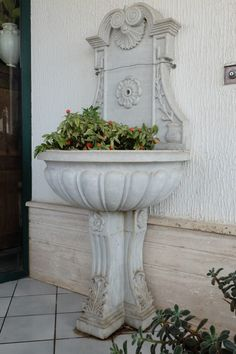 Fontana da parete per esterni in marmo scolpita nella parte forntale e inferiore, periodo '800.