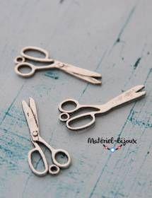 Pour des bijoux fantaisie sur le thème de l'école ou de la mercerie voici nos petites paires de ciseaux en métal, fabriquées sans plomb.
