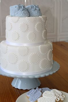 Loveee this this is simple and cute for a baby shower cake:)