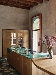 Intarsio: Between Originality and Symmetry The project conceived and designed by Garcia Cumini for Cesar Kitchen Interior, Interior And Exterior, Interior Design, Marble Island, Kitchen Models, Island Design, Green Marble, Cuisines Design, Aluminium