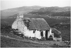 Note the wall and roof texture and slope of the land. A thatched cottage in County Donegal. Water Artists, Irish Cottage, Irish Roots, Cities, Irish Traditions, Emerald Isle, Ireland Travel, Ireland Vacation, Donegal