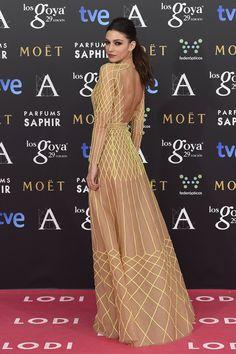 Premios Goya 2015: Aún no estoy segura de que me convenza el vestido de Úrsula Corberó diseñado por Teresa Helbig. Hm...