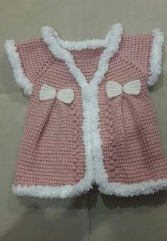 bow-gilet in Tunisia Baby Cardigan, Baby Pullover, Baby Vest, Crochet For Kids, Crochet Baby, Knit Crochet, Baby Knitting Patterns, Vestidos Bebe Crochet, Diy Crafts Crochet