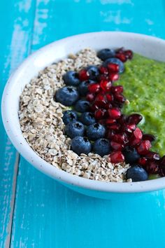 Greenie bowl - Antiinflammatorisk greenie med sunde toppings Spirulina, Superfoods, Smoothies, Bowls, Detox, Oatmeal, Healthy Recipes, Healthy Food, Fruit