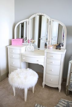 Teenage Girl Bedroom Vanities Fresh southern Curls and Pearls Prettiest Vanity I Ve Always My New Room, My Room, Girls Bedroom, Bedroom Decor, Bedrooms, Bedroom Ideas, White Bedroom, Rangement Makeup, Vanity Room