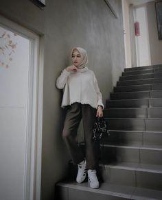 60 Super Ideas For Fashion Street Style Photography Pants Modern Hijab Fashion, Muslim Women Fashion, Street Hijab Fashion, Hijab Fashion Inspiration, Fashion Pants, Trendy Fashion, Fashion Outfits, Girl Inspiration, Women's Fashion