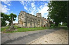 Biron - Charente Maritime - L'église est une petite perle dans un écrin de verdure. Son portail est typique de l'architecture Romane en Saintonge. Avec son système défensif, elle a permis aux villageois de se protéger des Routiers trop agressifs durant les époques troubles.