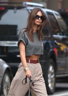 Emily Ratajkowski flashes her midriff in a grey crop top-Emily Ratajkowski flashes her midriff in a grey crop top Effortlessly chic: The model turned actress showed off her toned torso in a cr… - Grey Crop Top, Crop Tops, Mode Outfits, Casual Outfits, Fashion Outfits, Fashionable Outfits, Ladies Fashion, Fashion Clothes, Fashion Trends
