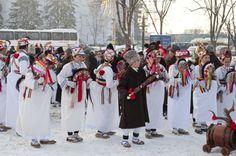 #Roumanie, des enfants chantent en habits #traditionnels Bucharest, Romania, Childhood Memories, Children