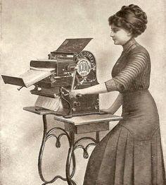 Como é ficar cinco minutos esperando na xérox da faculdade por uma imensa quantidade de papeis copiados? Imaginem como era em 1913, quando as maquinas copiadoras eram manuais e, imaginamos, que as cópias não tivessem tanta qualidade como hoje.