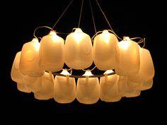 Lámpara de envases ligeros, símplemente genial. milk jugs >>> lamp #recycle #upcycle #lights