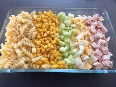 Sałatka z makaronem, szynką i pysznym sosem Taka sałatka to smaczne, sycące, wyjątkowo proste i szybkie w przygotowaniu danie. Doskonale sprawdza się na przyjęciu, pikniku a nawet jako lunch do pracy czy szkoły :))  Składniki: 250g makaronu ( użyłam makaronu świderki) mała puszka kukurydzy (ok 200g) 1 większy ogórek zielony 10 dkg żółtego sera … Polish Recipes, Quinoa, Salad Recipes, Grilling, Food And Drink, Vegetables, Cooking, Impreza, Work Lunches