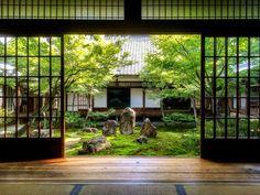 Petit temple méditation dans un jardin japonais
