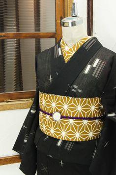 黒の地に浮かび上がる涼やかな白の絣風のモチーフがノスタルジックな詩情をさそうサマーウールの単着物です。 #kimono