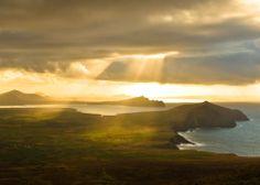 Cap sur l'Ouest de l'#Irlande ! Que vous soyez conquis par les péninsules du Sud-Ouest (celle de Dingle en photo), par Cork, Galway, Limerick, les paysages... le grand bol d'air est garanti ! Nous vous avons préparé un dossier spécial : les immanquables à visiter, les événements de fin d'année et des offres spéciales (vols, ferry+cottage, hôtels…) pour cet automne : http://irlnd.co/iR8YQ7b