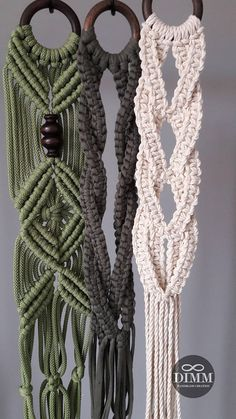 Résultat d'images pour Free Macrame Patterns Plant Hangers Janga (no pattern, inspiration) The Macrame plant hanger is one of many forms of yarn, and it regains the attention it deserves. Macrame plant hangers are a great way to provide retro quality t Macrame Art, Macrame Design, Macrame Projects, Macrame Knots, Macrame Hanging Planter, Macrame Plant Holder, Hanging Plants, Hanging Flower Pots, Macrame Plant Hanger Patterns