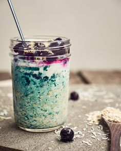 If you like being prepared you can make this Easy Blueberry Spirulina Overnight Oats the night before - or even up to an hour before! This recipe is quick easy and tasty! Gourmet Recipes, Healthy Recipes, Healthy Food, Freezer Recipes, Freezer Cooking, Raw Food, Drink Recipes, Cooking Tips, Spirulina Recipes