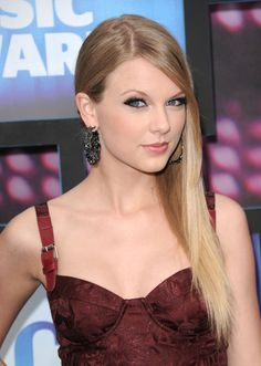Taylor Swift Photos - Taylor Swift attends the 2010 CMT Music Awards at the Bridgestone Arena on June 2010 in Nashville, Tennessee. Taylor Swift Fotos, Taylor Swift Guitar, Taylor Alison Swift, Carly Rae Jepsen, Lorde, Miley Cyrus, Katy Perry, Selena Gomez, Blonde With Blue Eyes