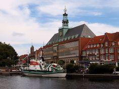 """Rathaus mit """"Ratsdelft"""" im Vordergrund"""