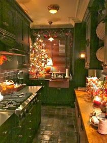 cozy home design Cozy Christmas Kitchen. Interesting that the sink is separate from the rest of the counter space. Sweet Home, Cozy Kitchen, Kitchen Ideas, Narrow Kitchen, Green Kitchen, Kitchen Colors, Kitchen Wood, Kitchen Cupboard, Cozy Christmas