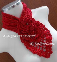 Bufanda roja al cuello con flor