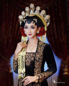 Kebaya Wedding, Wedding Hijab, Wedding Poses, Wedding Dress Styles, Wedding Bride, Javanese Wedding, Indonesian Wedding, Traditional Wedding Dresses, Traditional Outfits