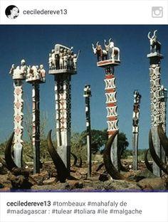Les tombeaux antandroy, les tombeaux Mahafaly du sud de Madagascar sont les plus remarquables de tout les tombeaux malgaches.